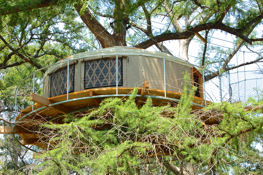 12 tempting tree house cabins in texas flavorverse for Texas hill country cabin rentals
